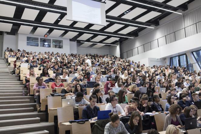 Cours de médecine de première année (PACE) à la faculté de Picardie Jules Verne, à Amiens, le 22 septembre 2015.