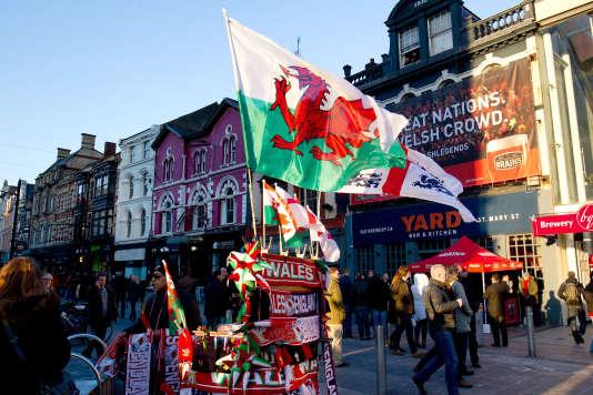 Le drapeau du Pays de Galles, le «Ddraig Goch», dans les rues de Cardiff.