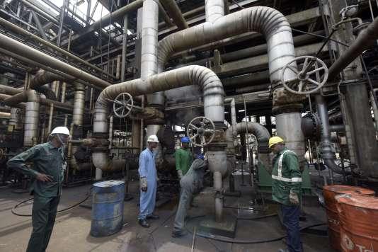 Des ouvriers à la raffinerie de pétrole de Port Harcourt au Nigeria le 16 septembre 2015.