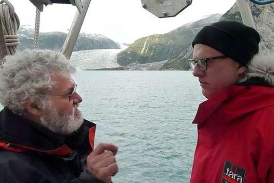 """Eric Karsenti (à gauche), à bord de """"Tara"""", en 2011, devant le glacier Pia en Patagonie (Chili). Il fait face à Etienne Bourgois, le propriétaire de la goélette."""