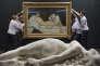 """La sculpture d'Auguste Clésinger, """"Femme piquée par un serpent"""" (1847), et la peinture d'Edouard Manet, """"Olympia"""" (1863), au Musée d'Orsay à Paris, en septembre 2015."""