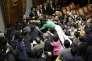 Séance agitée au parlement japonais lors d'un vote sur le budget de la sécurité le 17 septembre 2015 à Tokyo.