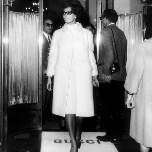 L'actrice italienne Sophia Loren faisant du shopping dans une boutique Gucci, à Rome en 1966.
