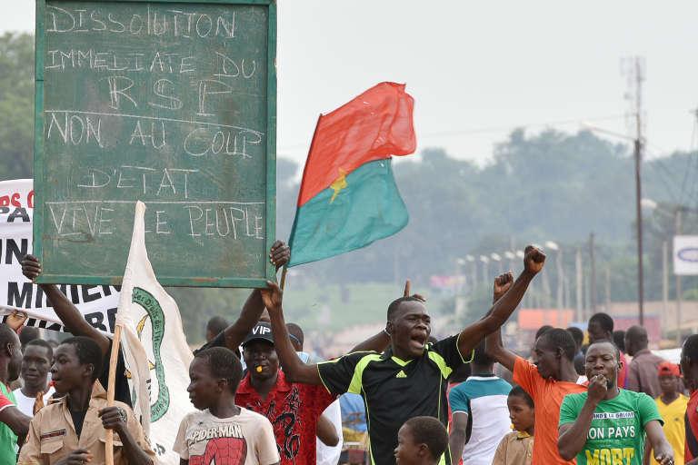 De jeunes manifestants Burkinabés protestant contre le putsch du mercredi 16 septembre au Burkina Faso.