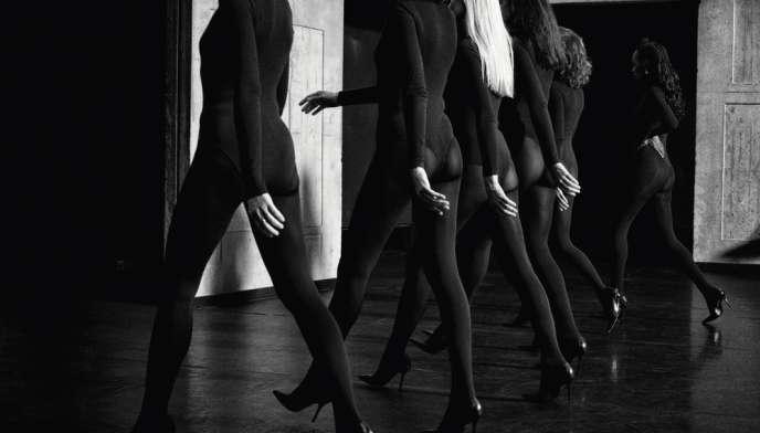 Collants noirs, justaucorps noir, mise en scène épurée:  dans les «performances de mode»  inventées par Olivier Saillard, les gestes priment sur les vêtements.