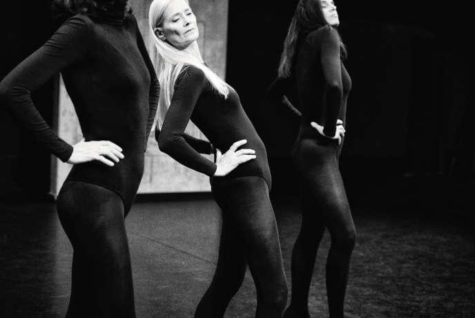 L'ancien mannequin Axelle Doué (au centre) sur la scène du Centre national de la danse, à Pantin.