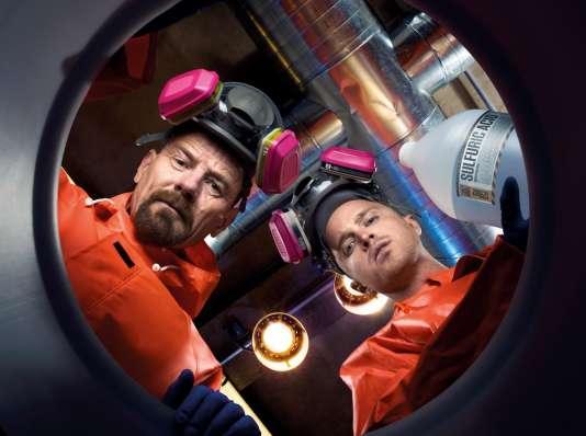 « Breaking Bad » raconte l'histoire d'un professeur de chimie et d'une de ses étudiants, qui s'aventurent à produire et vendre de la drogue.