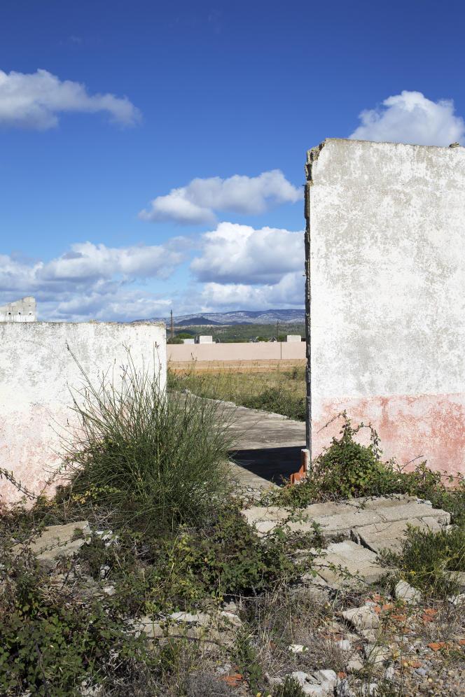 Le site de Rivesaltes et, au second plan, le mémorial conçu par l'architecte Rudy Ricciotti.