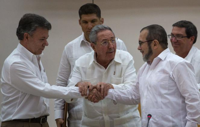 Le président cubain, Raul Castro (au centre), assiste à la poignée de main entre le président colombien, Juan Manuel Santos (à gauche) et le chef des FARC, Rodrigo Londoño, à La Havane, le 23 septembre 2015.