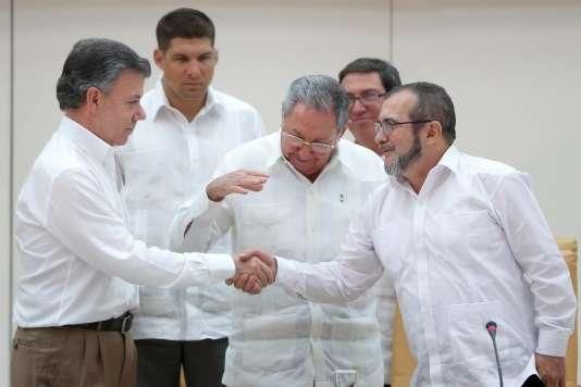 Le président colombien Juan Manuel Santos, celui de Cuba Raul Castro et le leader des FARC Rodrigo Londono, à La Havane le 23 septembre 2015.