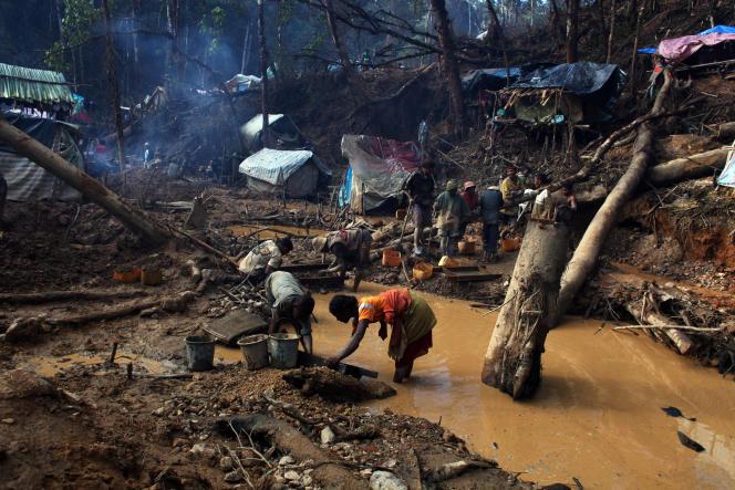 Exploitation d'une mine de saphir dans la région de Didy, en juin 2012.