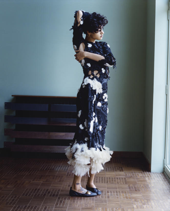 Robe en laine à broderies  et plumes de dinde, ballerines en veau et cœur en laiton, Céline. Boucle d'oreille «Saturn Large», Charlotte Chesnais