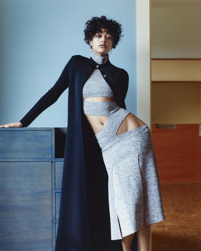Robe en tricot de viscose mate, Proenza Schouler. Manteau en maille, laine et soie double face, Hermès. Boucles d'oreilles «Chaîne d'ancre loop