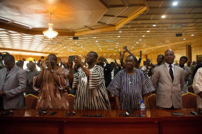 Le public ovationne Michel Kafando lors de sa réinstallation comme président du gouvernement de transition. Ouagadougou, le 23 septembre.