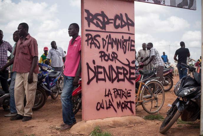 Manifestants attendant l'arrivée des membres de la CEDEAO à Ouagadougou, le jour de la remise du pouvoir au gouvernement de transition.