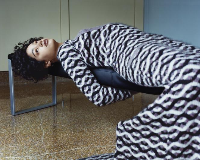 Robe en soie et cachemire, Chanel. Boucle d'oreille «Saturn Large», Charlotte Chesnais.