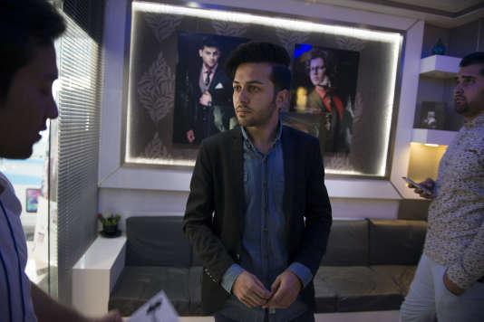 Edris Salehi est producteur ; il est né et a grandi en Iran. Après avoir terminé ses études universitaires, il est retourné en Afghanistan et a fondé sa propre agence de publicité.