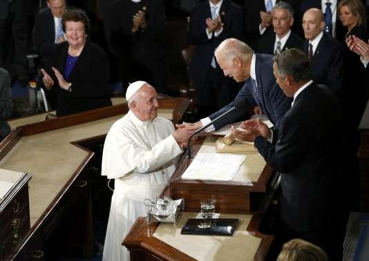 Le pape François accueilli au Congrès américain par le vice-président démocrate Joe Biden, le 24 septembre.