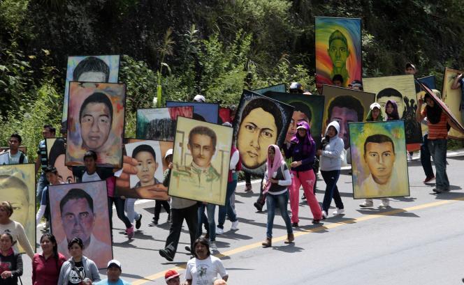 Des étudiants de l'école d'Ayotzinapa manifestent en brandissant les portraits de leur 43 condisciples disparus en septembre 2014.
