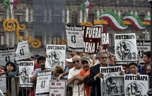 Rassemblement de soutien à Mexico City aux proches des 43 disparus d'Iguala, le 24 septembre 2015.