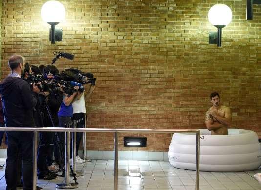 Alexandre Dumoulin prend un petit bain devant les caméras, le 24 septembre à Croydon.