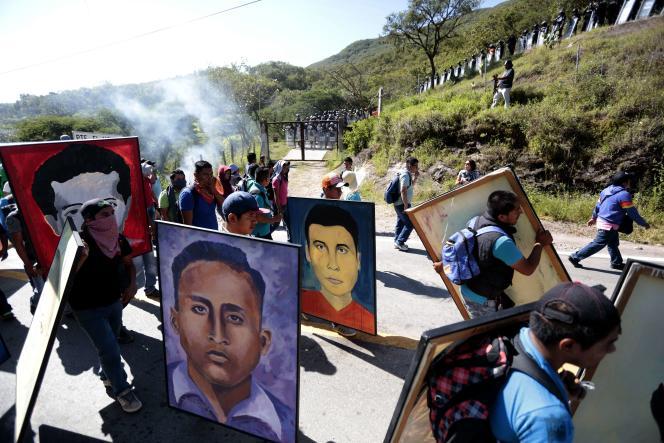 A Chilpancingo, dans l'Etat du Guerrero, en 2015, lors d'une manifestation organisée un an après la disparition de 43 étudiants de l'école normale rurale deAyotzinapa.