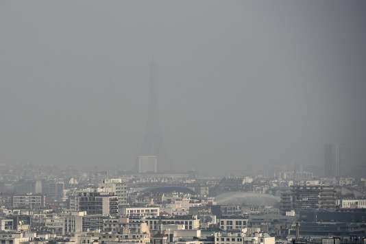 Paris lors d'un pic de pollution le 18 mars 2015.