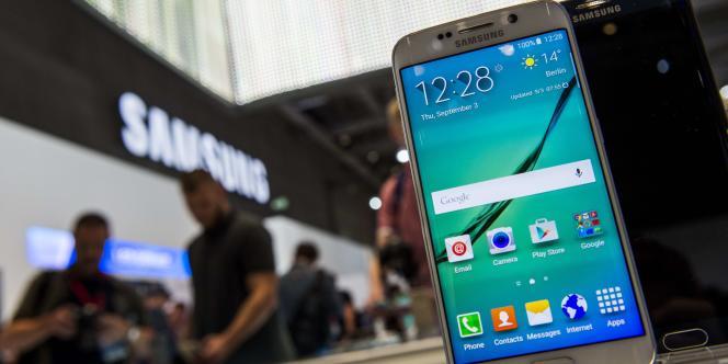 Le Samsung Galaxy S6 edge présenté à l'International Fertilizer Industry Association, le 3 septembre à Berlin.