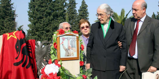 Nexhmije Hodja, entourée de sa fille et son fils, lors de la célébration du 100e anniversaire de la naissance de l'ex-dictateur albanais, à Tirana.