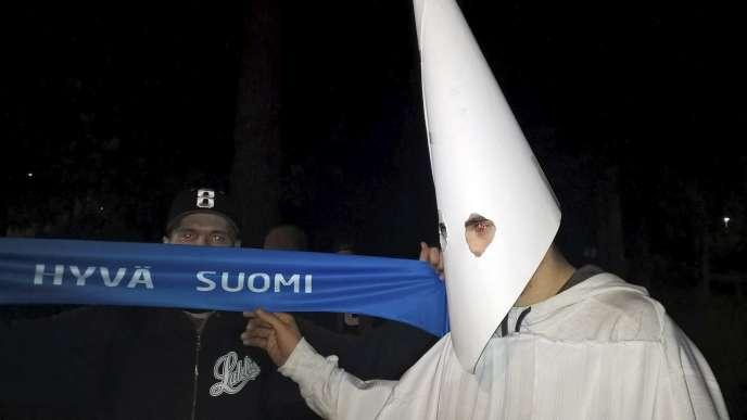 Un manifestant finlandais portant le costume traditionnel du Ku Klux Klan lors d'une protestation contre les migrants en septembre 2015.