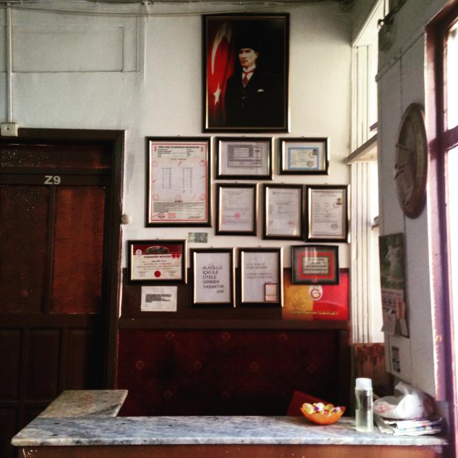 Le comptoir de l'hôtel Kervansaray à Izmir.