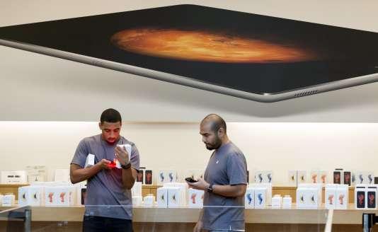 L'attente peut être longue en boutique pour faire changer la batterie de son iPhone.