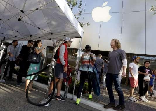 Devant l'Apple Store de Los Angeles, en 2015.