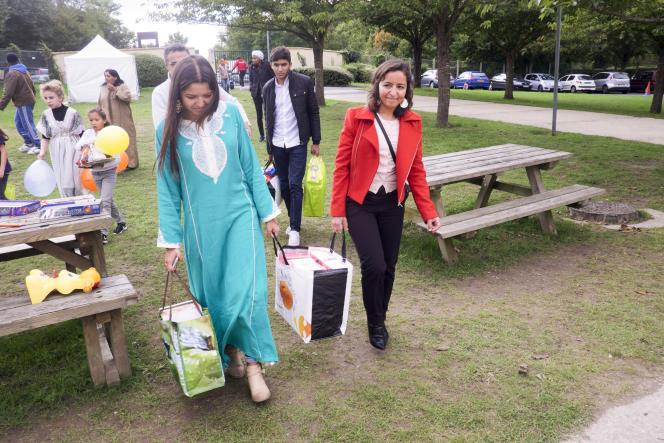 Des jeunes femmes ramènent de la nourriture pour la fête de l'Aïd, jeudi 24 septembre.