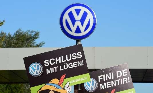 """""""Arrêtez de mentir"""", peut-on lire sur une pancarte de Greenpeace, le 25 septembre, devant le siège de Volkswagen, à Wolfsburg (nord de l'Allemagne)."""