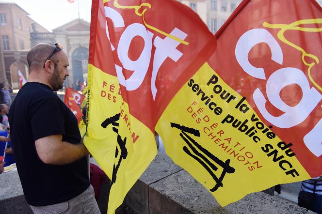Des drapeaux de la CGT-cheminot lors d'une manifestation à Toulouse le 17 juin.