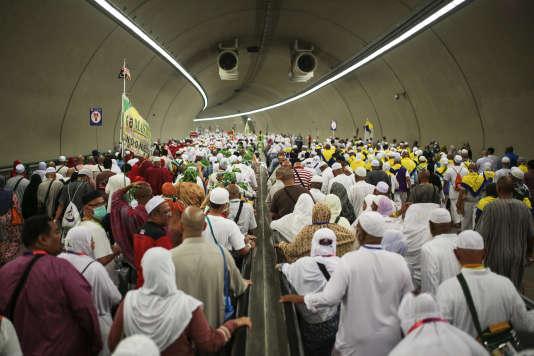 Des pèlerins en chemin vers le rituel de la lapidation des stèles de Satan, à Mina, où une cité de tentes blanches est établie à 5 kilomètres de La Mecque.