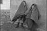 Deux enfants du camp s'abritent du froid et du vent (1941-1942).