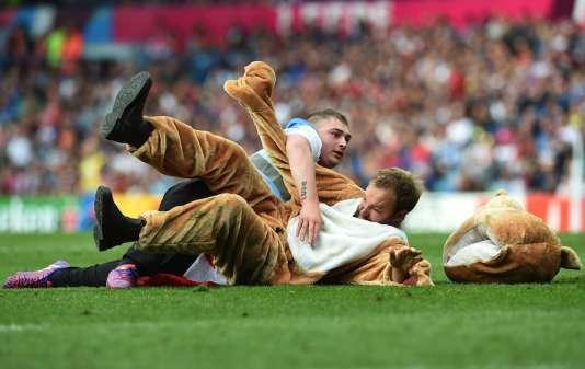 Un homme déguisé en ours, samedi 26 septembre, lors du match Italie-Canada.