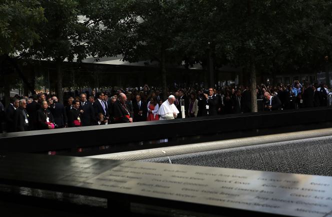 Le pape François 'est recueilli au Mémorial du 11-Septembre, vendredi 25 septembre à New York.