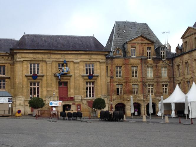 La place Ducale à Charleville-Mézières, centre névralgique du Festival mondial des théâtres de marionnettes, le 25 septembre 2015.