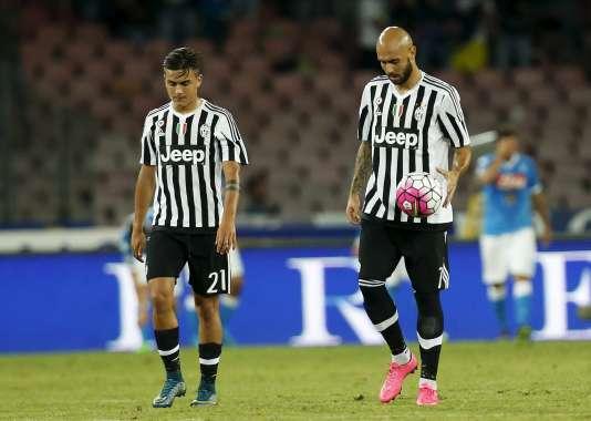 Les joueurs de la Juventus Turin, Simone Zaza (à gauche) et Paulo Dybala dépités après leur nouvelle défaite face au Napoli