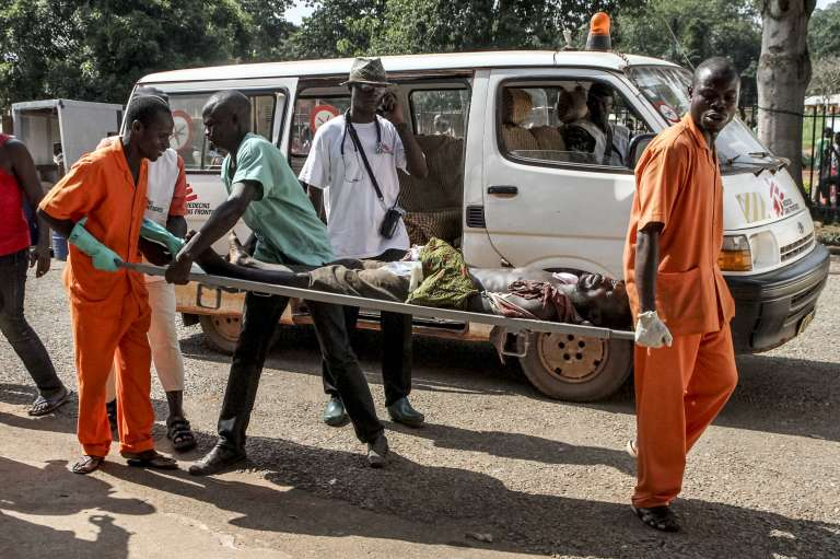 Un homme, blessé dans des violences, est transporté dans un hôpital de Bangui, le 26 septembre.