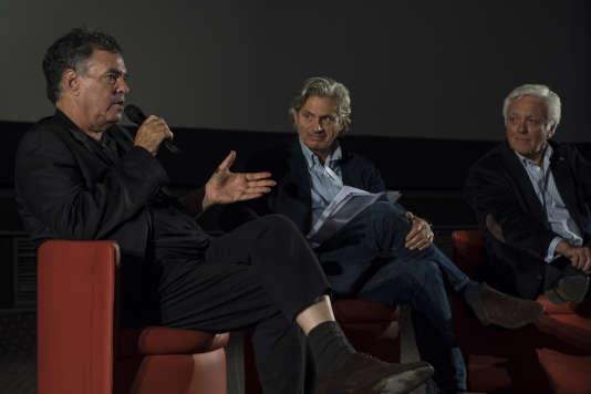 """Le réalisateur israélien Amos Gitaï (à gauche) s'entretient avec le journaliste du """"Monde"""", Alain Frachon (au centre) et le diplomate et historien Elie Barnavi (à droite), le 25 septembre, dans une salle du cinéma Gaumont Opéra à Paris."""