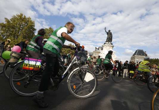 Des militants d'Alternatiba le 26 septembre à Paris.