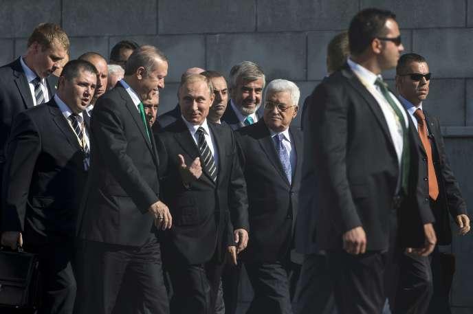Le président russe, Vladimir Poutine, au centre, entouré de ses homologues turc, Recep Tayyip Erdogan, et palestinien, Mahmoud Abbas, le 23 septembre à Moscou.