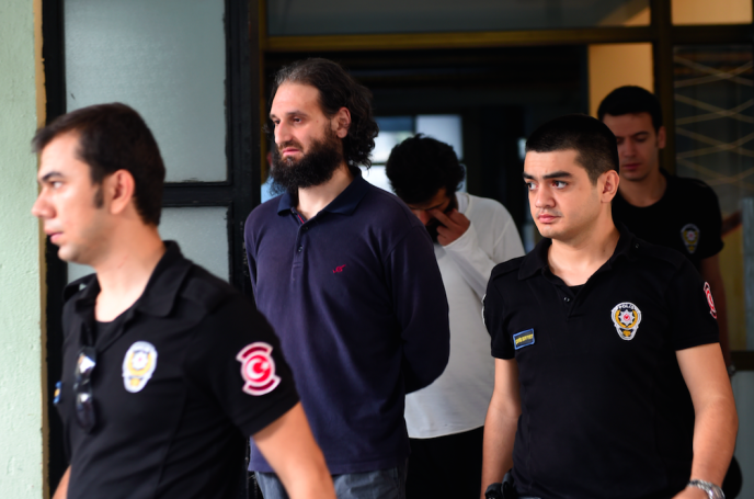 Un membre suspecté de l'Etat islamique est escorté  dans un hôpital d'Istanbul pour une visite médicale, au deuxième jour de sa garde à vue, en juillet.