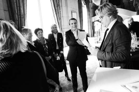 """Le ministre de l'économie Emmanuel Macron, avant son intervention lors du """"Monde festival"""", dimanche 27 septembre à Paris."""