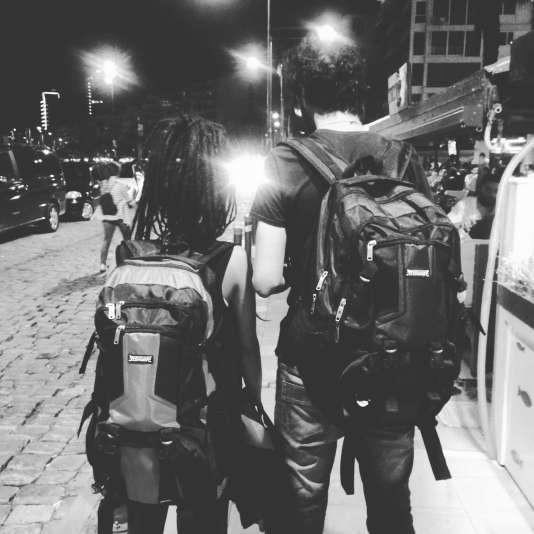 Dash (à gauche) et Kholio s'apprêtent à retrouver leur passeur à Izmir, en Turquie.