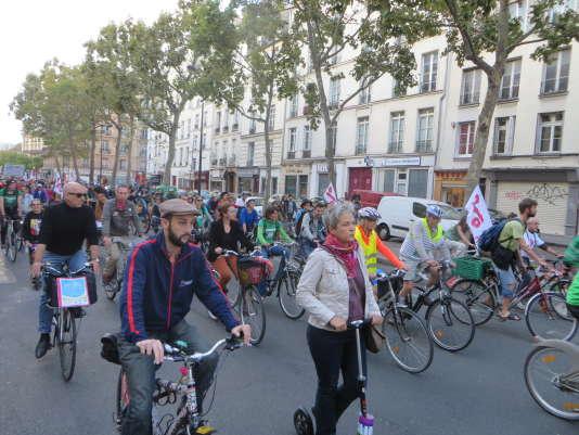 Des centaines de personnes ont accompagné, samedi 26 septembre à Paris, les cyclistes d'Alternatiba pour la dernière «vélorution» qui ponctuait chaque étape du tour de France qui a débuté le 5 juin à Bayonne.